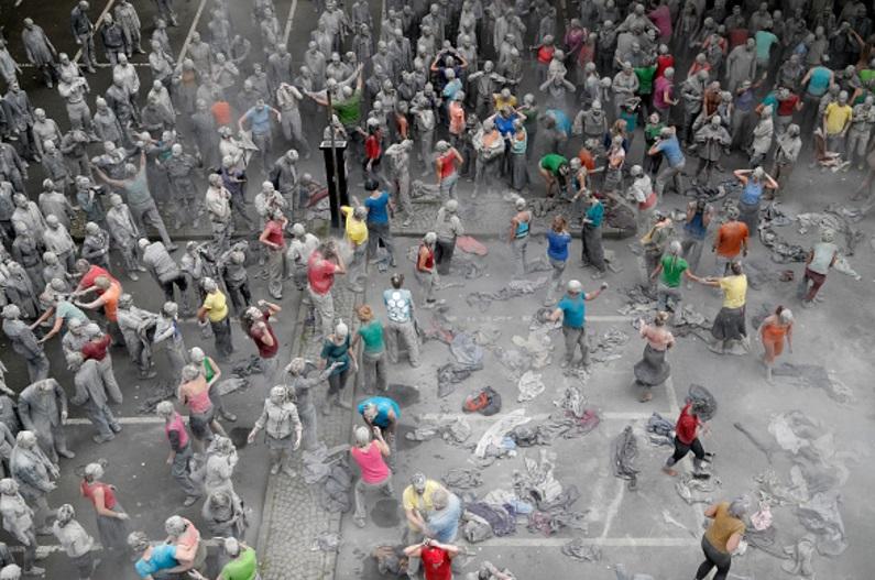 Las figuras comenzaron a bailar y a sacudir sus cuerpos cubiertos de arcilla gris (Getty Images)