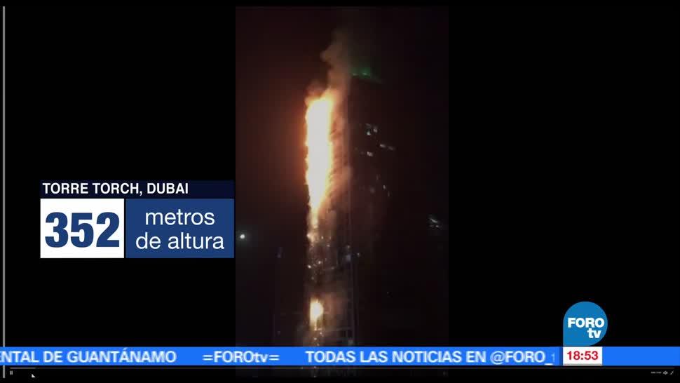 Bomberos trabajan para sofocar incendio en un rascacielos de Dubái