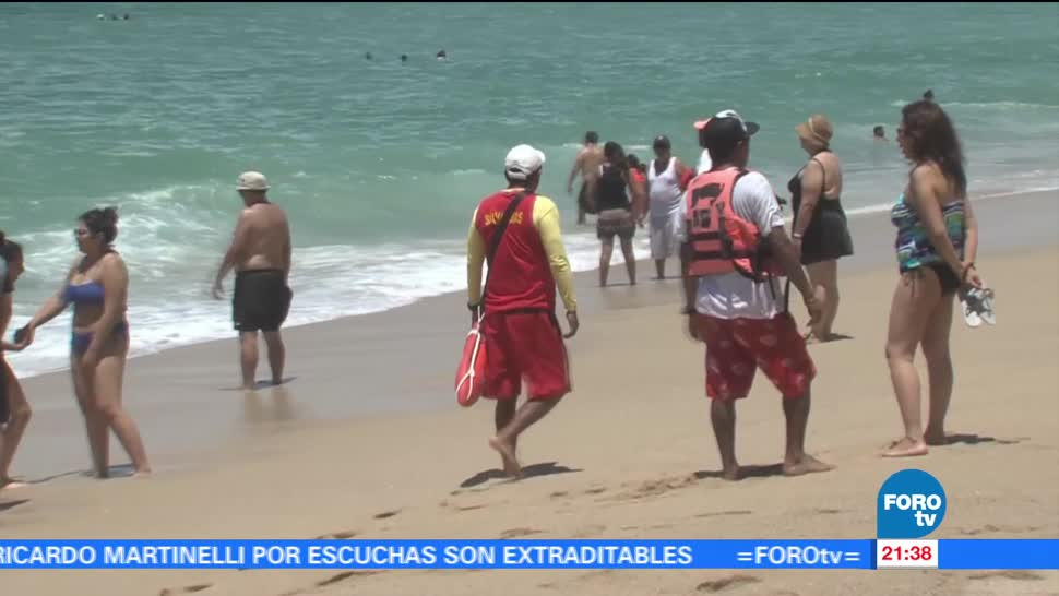 Turistas vacacionan en playas de Guerrero
