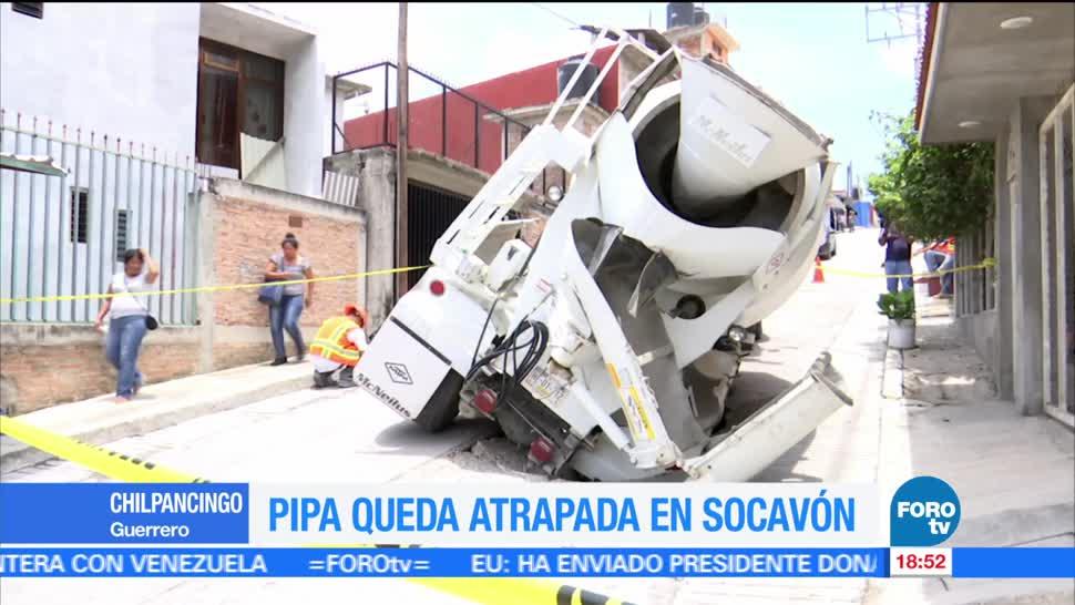Pipa cae a socavón en Chilpancingo, Guerrero
