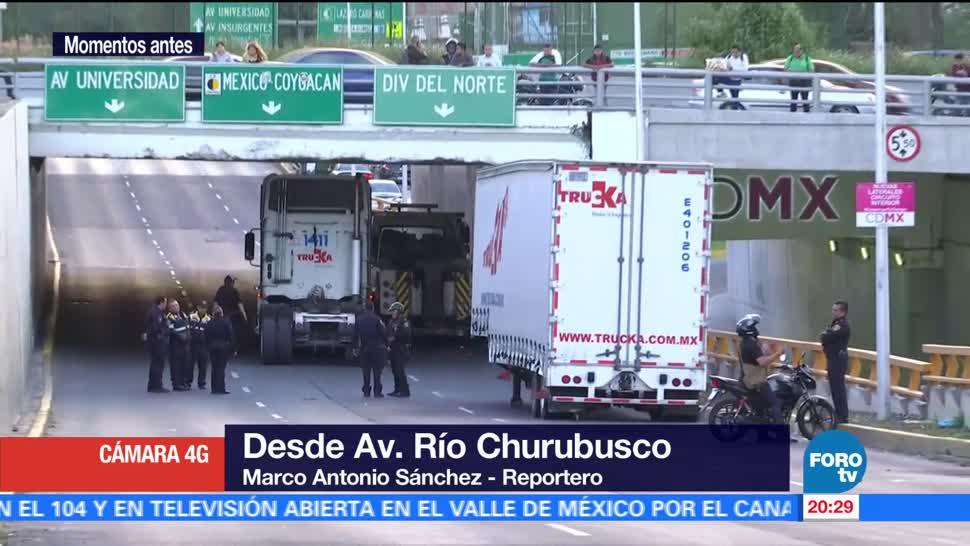 Tráiler atora puente de Río Churubusco