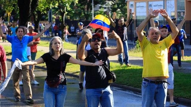 Manifestantes respaldan a militares que sublevaron en Venezuela