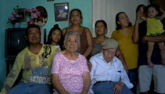 Domingo Villa, un abuelito de 107 años, posa para una fotografía