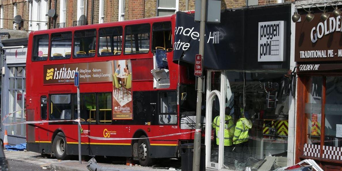 Autobús de dos pisos choca contra tienda en Londres