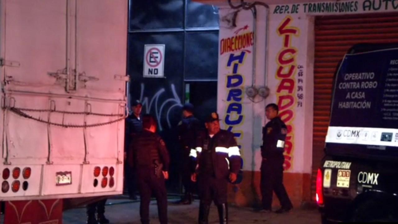 Policías de la CDMX aseguran una bodega con combustible robado