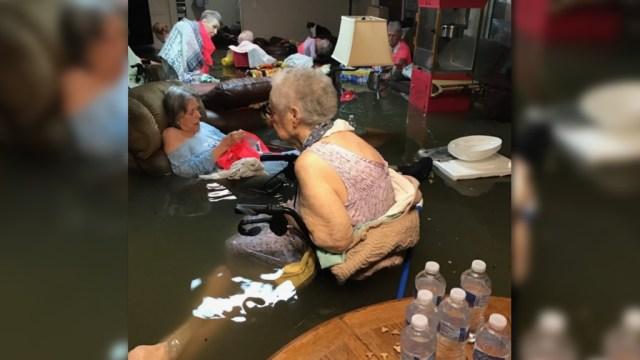 Imagen de ancianos inundados por Harvey