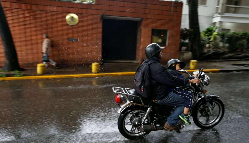 Atacan bombas molotov embajada España Caracas