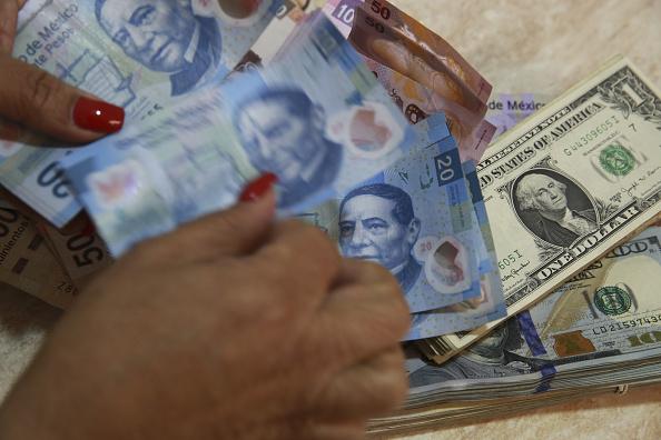 Billetes mexicanos y dólares estadounidenses de diferente valor