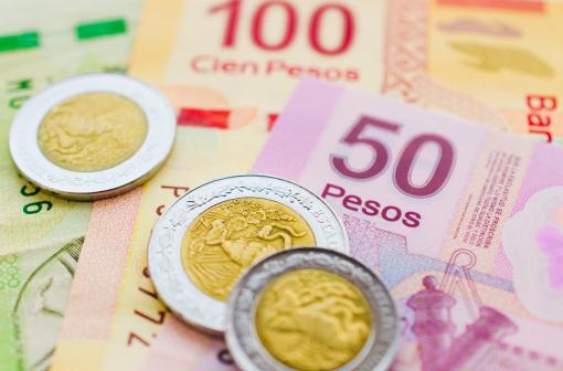 Billetes y monedas mexicanos de diferente valor