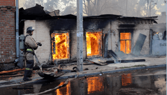 Bomberos rusos luchan contra incendio en Rostov del Don