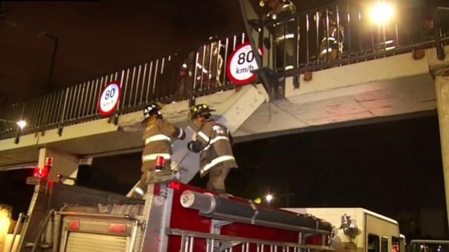 bomberos retiran lamina sobre viaducto rio piedad