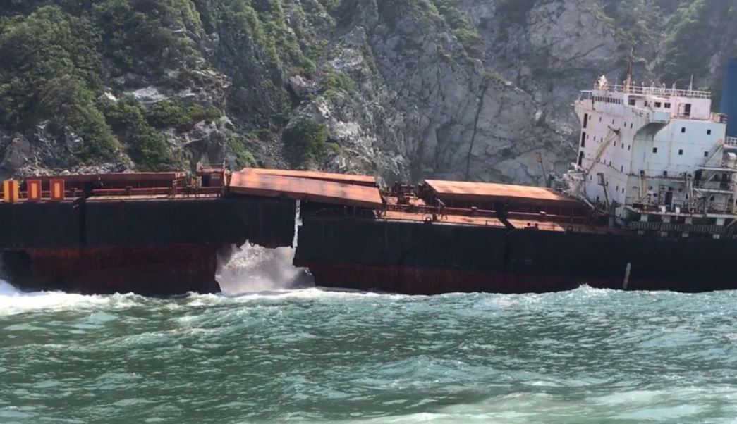 buque llanitos se parte por oleaje
