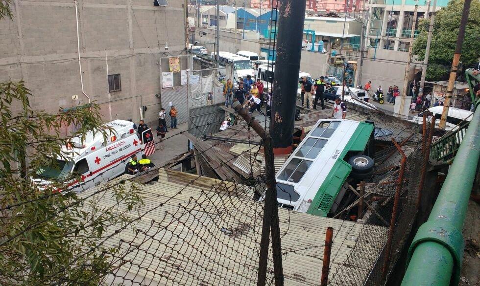 Deja 13 heridos volcadura de microbús