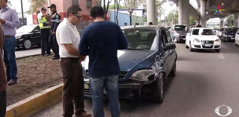 Caída de estructura metálica en Periférico causa daños a un automóvil