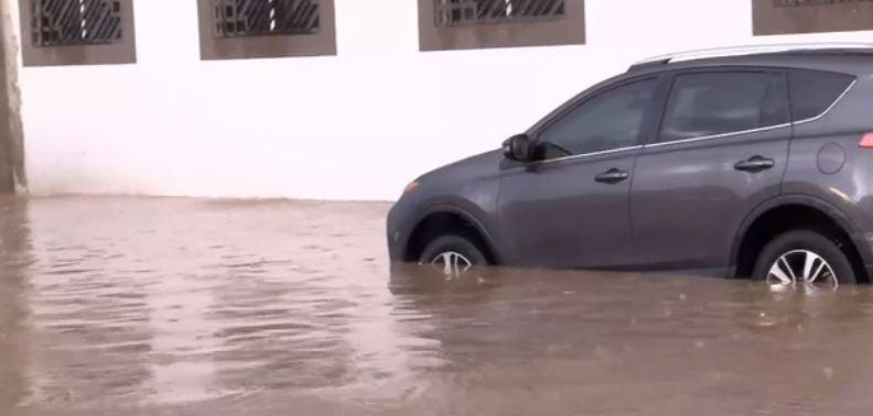 Calle inundada por lluvias en Hermosillo, Sonora