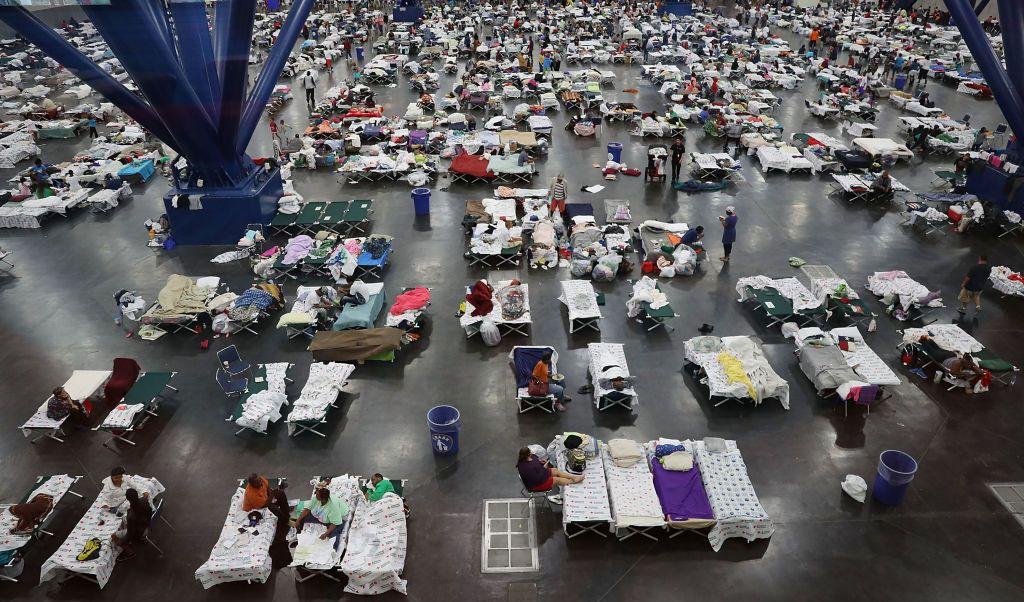 Miles damnificados Harvey abarrotan centro convenciones Houston