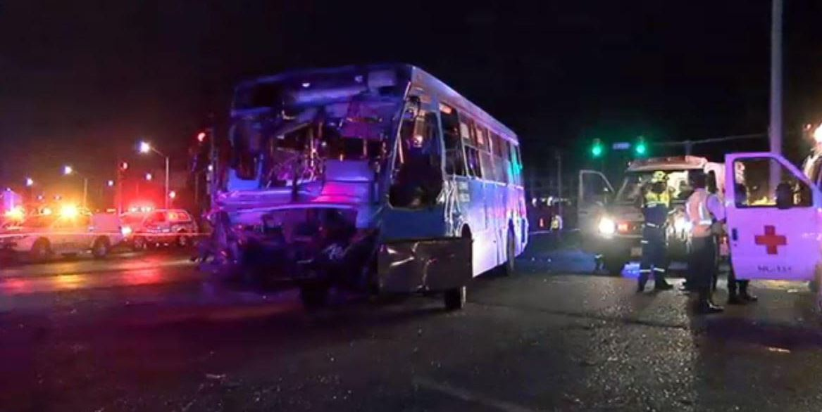 Tráiler impacta a camión; el saldo, un muerto y 18 heridos