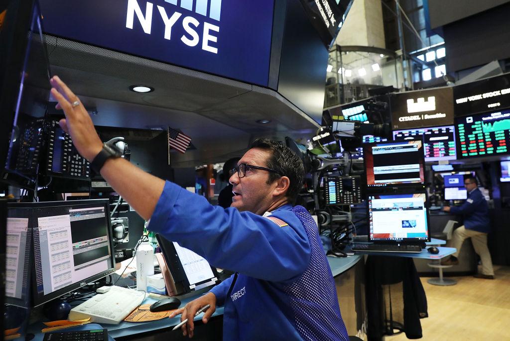El índice Dow Jones cierra arriba de los 22.000 puntos