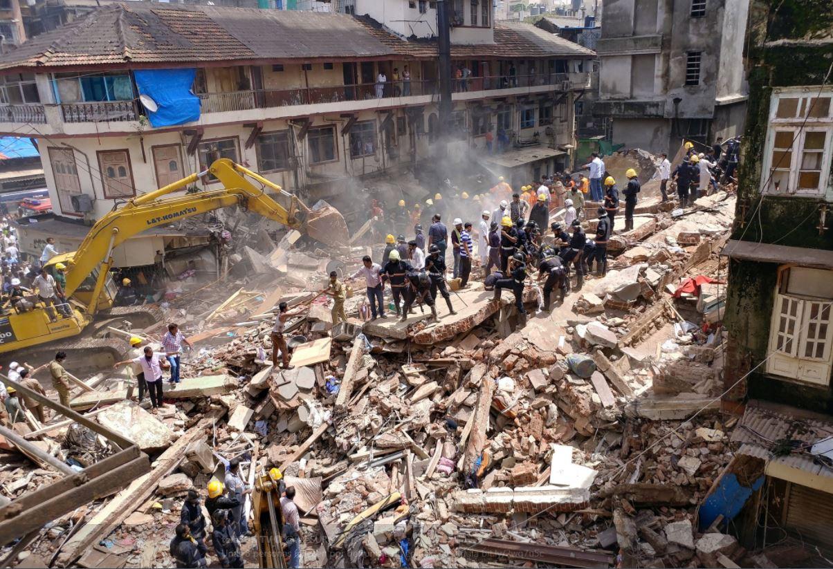 Colapsa edificio en India; hay 12 muertos