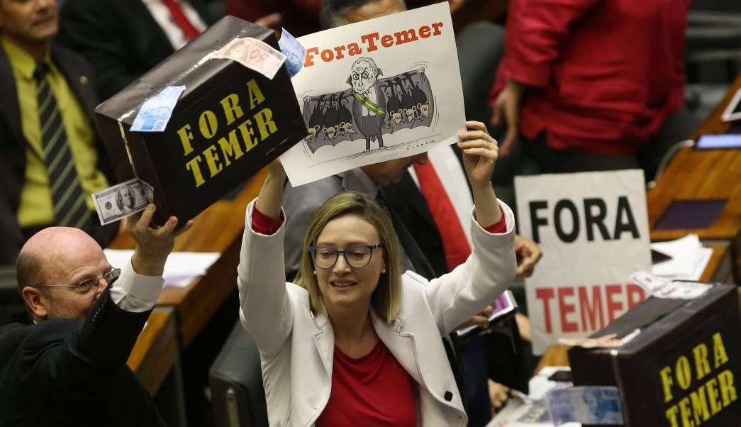Temer libra cargos de corrupción en el Congreso de Brasil