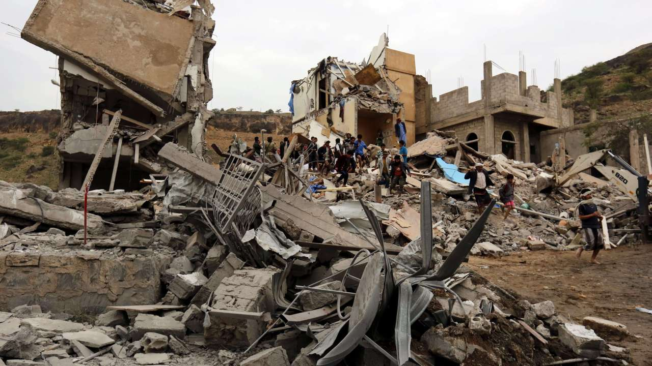 Edificio colapsa tras bombardeo en la capital de Yemen