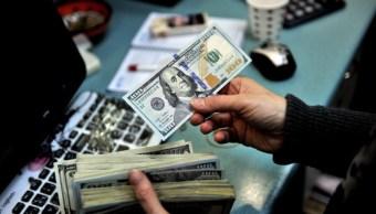 El dólar cierra en 18-23 pesos a la venta