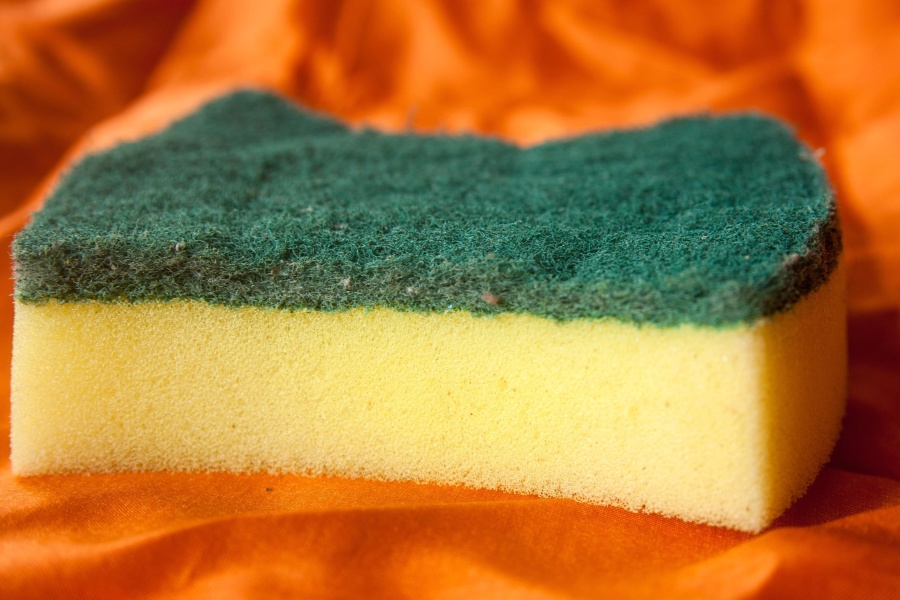 Esponja para lavar trastes tiene más gérmenes que un escusado