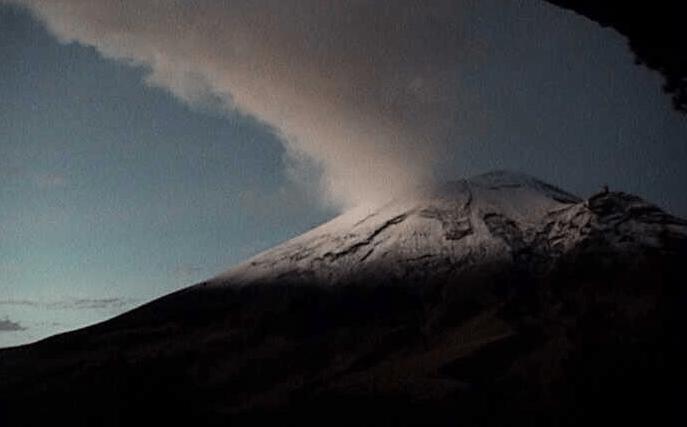 Fumarola de dos kilómetros del volcán Popocatépetl