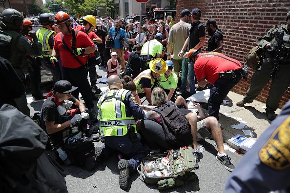 Automovilista atropella a manifestantes de supremacía blanca en Virginia