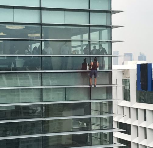 Hombre escala un edificio en Polanco