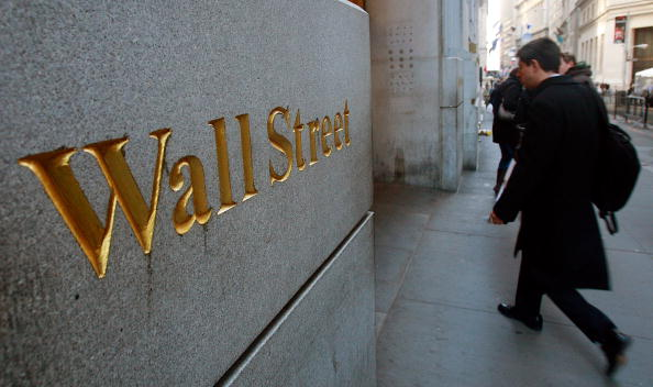 Hombre recorre Wall Street fuera de la Bolsa de Nueva York