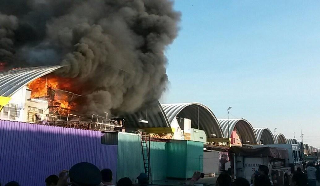 Bomberos atienden incendio en la Central de Abasto