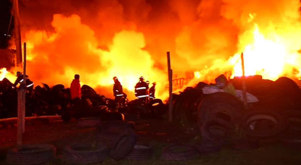 incendio de llantas dentro de deposito en tultitlan