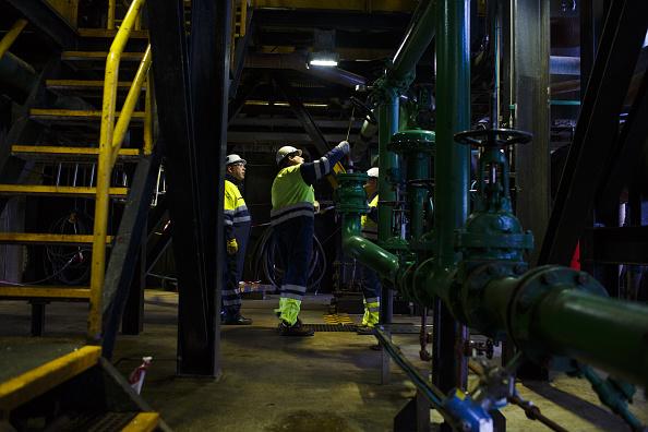 Ingenieros controlan válvulas de tubería en plataforma petrolera