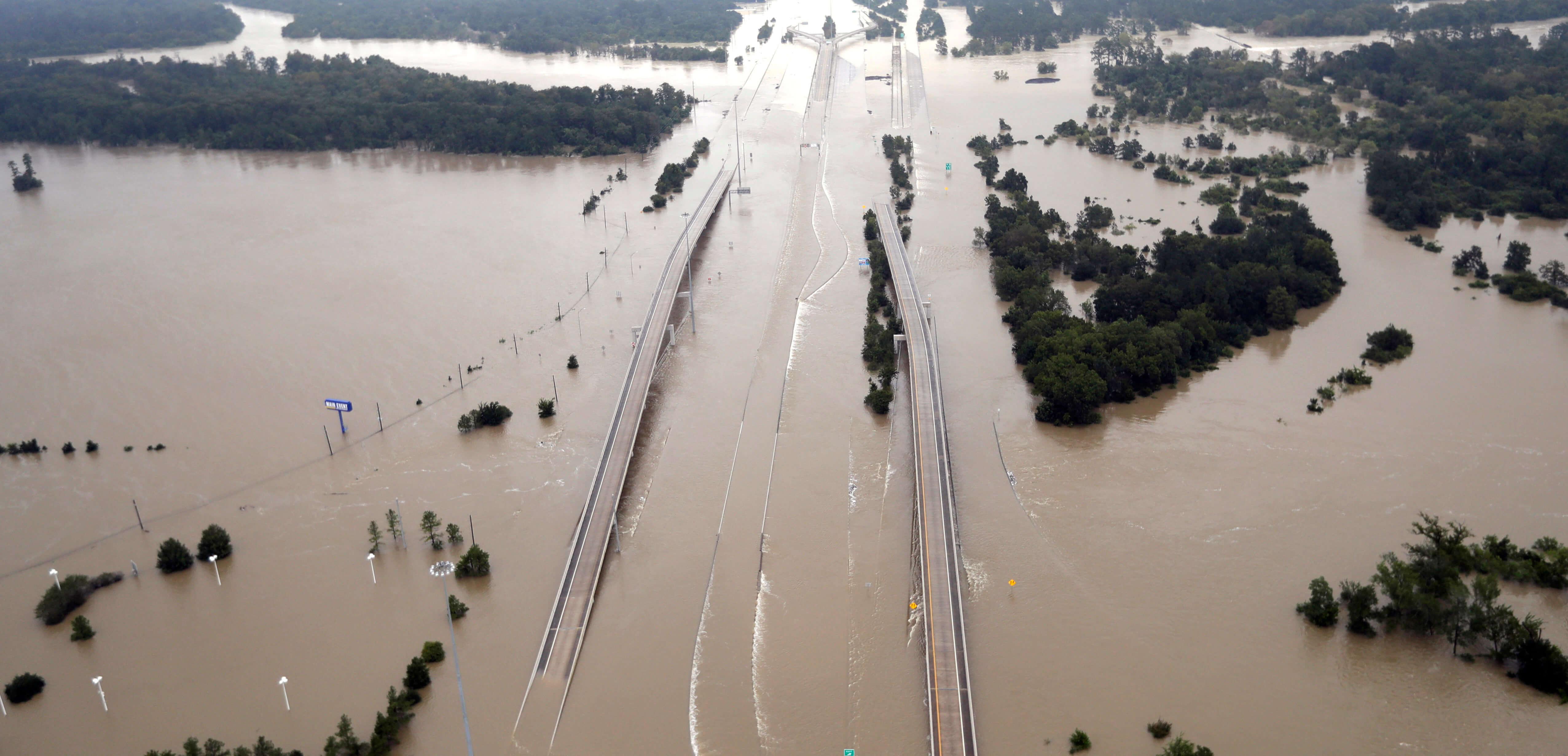 Inundación de una carretera en Humble, Texas, tras el paso de Harvey