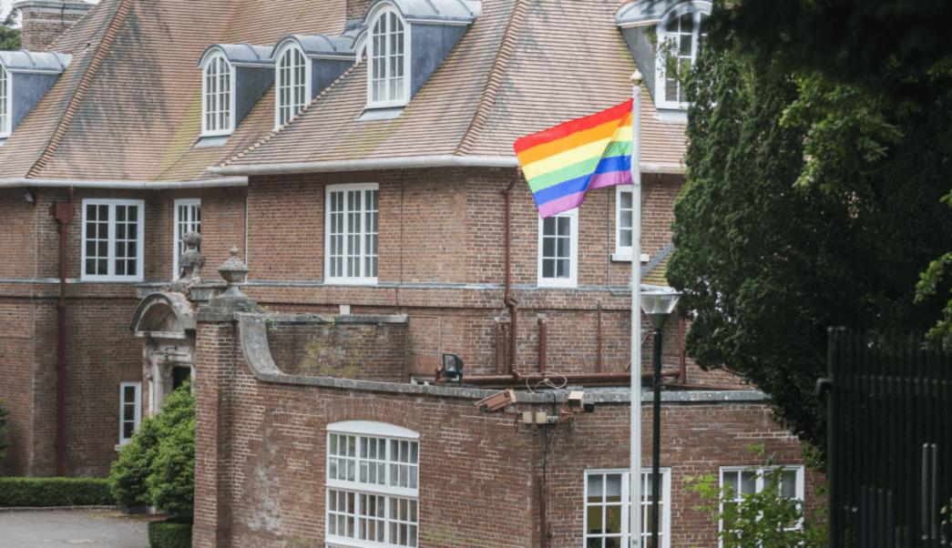 La bandera arcoíris luce por primera vez en el castillo de Stormont