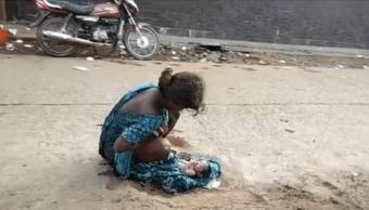 La joven de 17 anos dio a luz en plena calle
