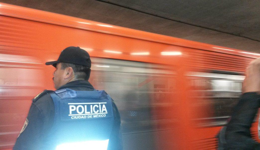 Policía auxiliar supervisa vagones del Metro CDMX