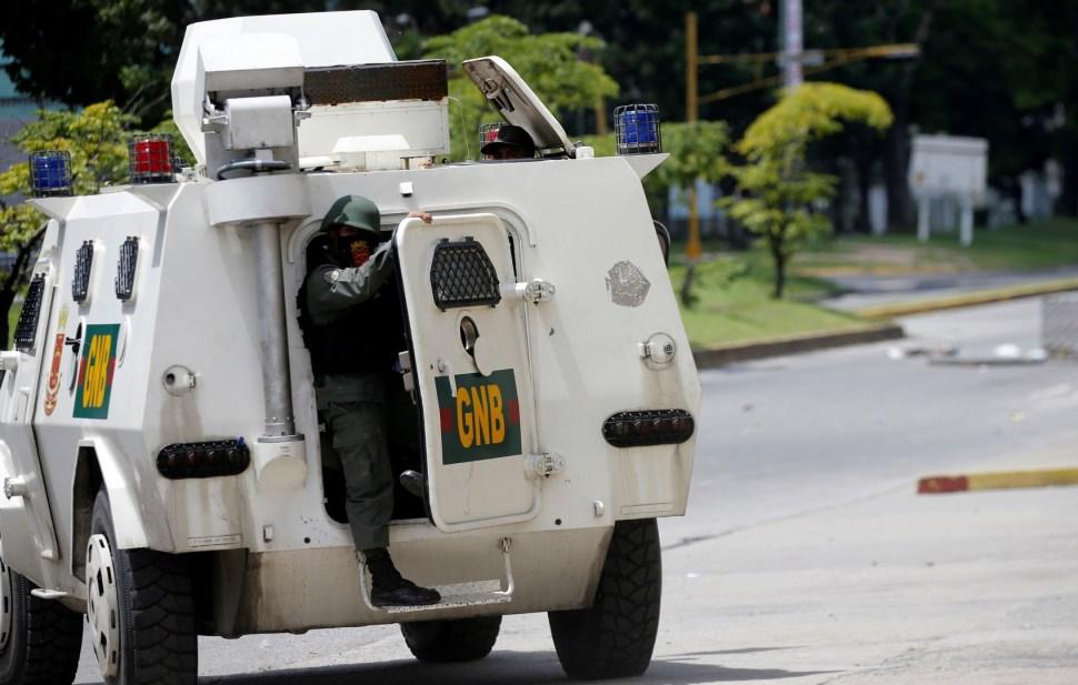 Militares repele con 'balas' ataque de un grupo de rebledes. (Reuters)