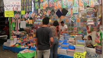 padres de familia comprando utiles escolares