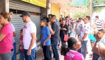 Padres de familia hacen fila para comprar útiles escolares