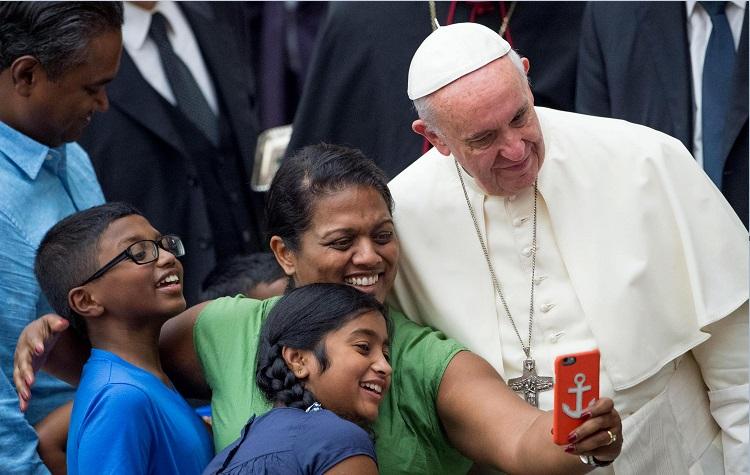 El papa Francisco se toma una selfie con feligreses