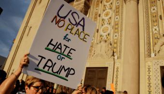 Personas protestan en Philadelphia contra el odio y contra Trump