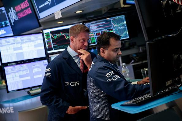 Profesionales financieros trabajan en el piso de la Bolsa de NY
