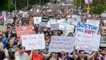 Policía de Boston vigila marcha de supremacistas blancos y mitin antirracista