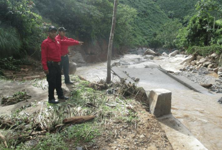 Corriente arrastra coche en Iguala; mueren dos