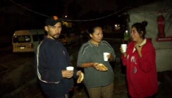 familia regalan pan y cafe a personas en balbuena