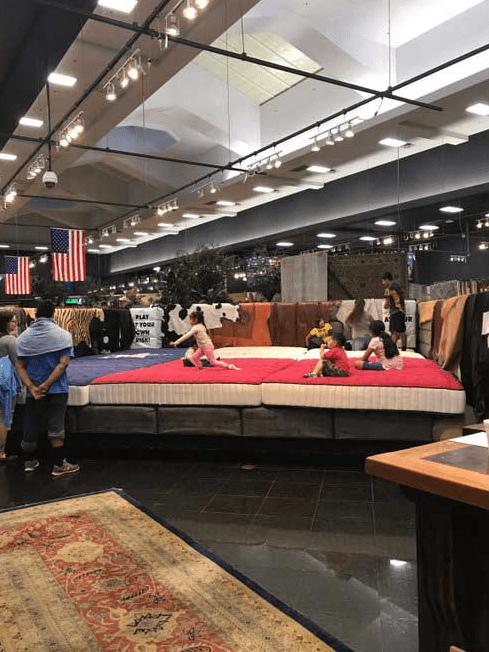 due o de muebler a convierte sus tiendas en refugios televisa news. Black Bedroom Furniture Sets. Home Design Ideas