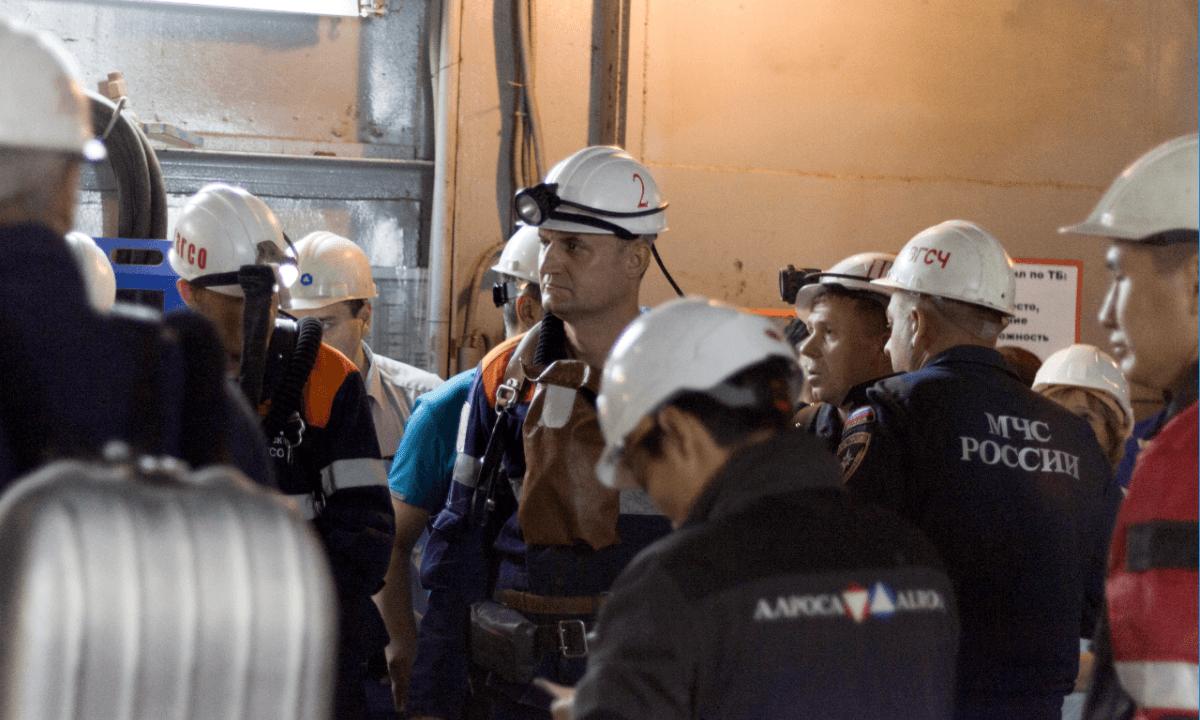 Socorristas trabajan en rescate tras inundación de mina de diamantes Siberia