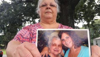 Susan Bro, madre de Heather Heyer, muestra una foto con su hija
